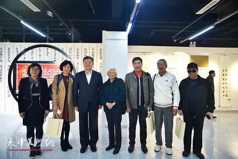 窦宝铁、刘春雨、高秀红、张海莹等在展览现场