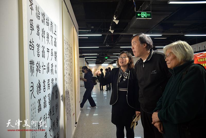 邵佩英、刘春雨、张海莹在展览现场观赏展品。