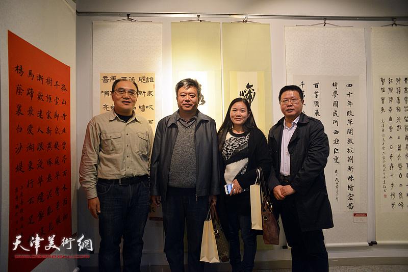 左起:宁厚圃、崔希鹏、罗玉兰、怀远在展览现场