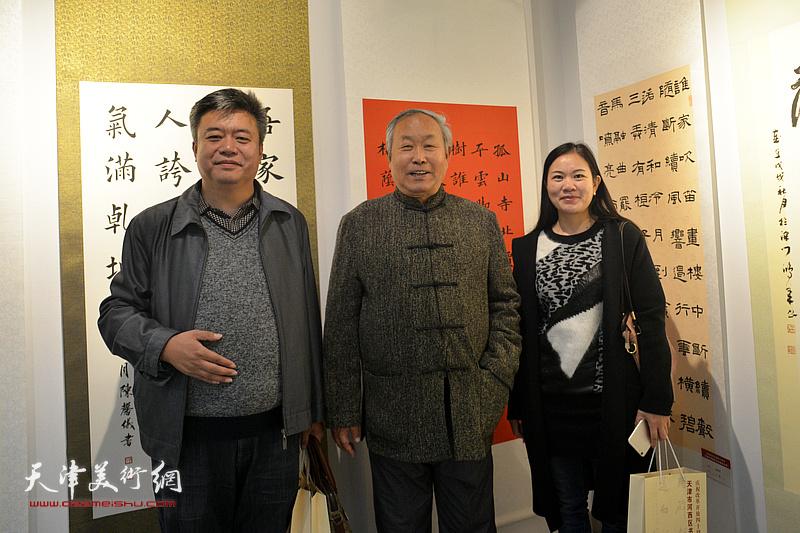 左起:崔希鹏、唐云来、罗玉兰在展览现场。