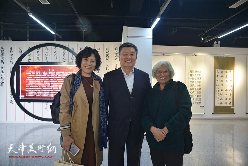 左起:高秀红、窦宝铁、刘春雨在展览现场。