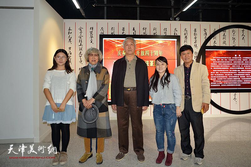 袁健民、顾颖芝与参展青年女书家张雨茵、徐梓桐在展览现场。