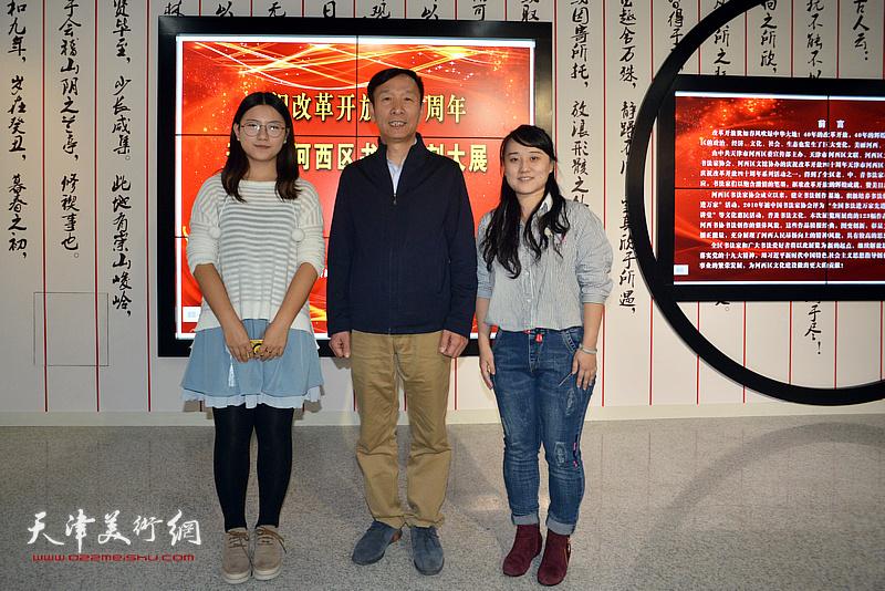 张建会与参展青年女书家张雨茵、徐梓桐在展览现场。