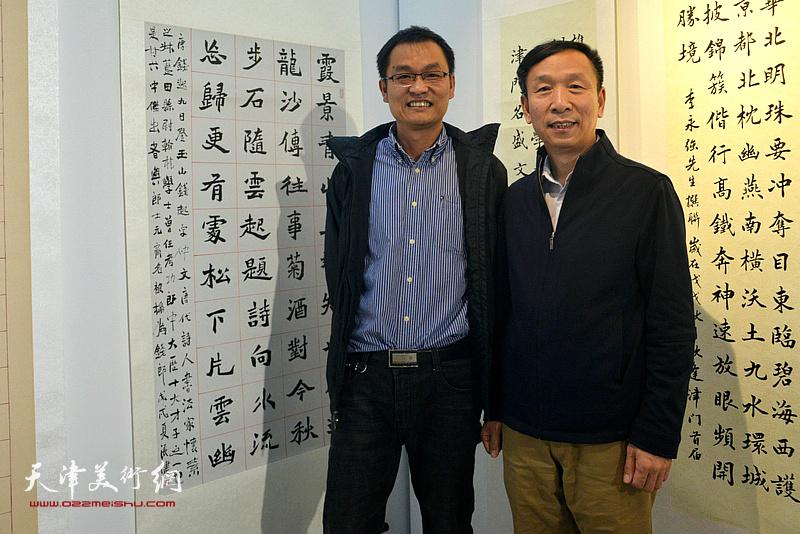 张建会与参展作者张健在展览现场。