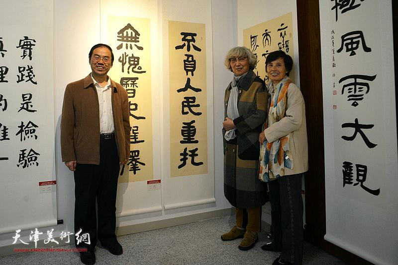 顾颖之与赵宝琴夫妇在展览现场。