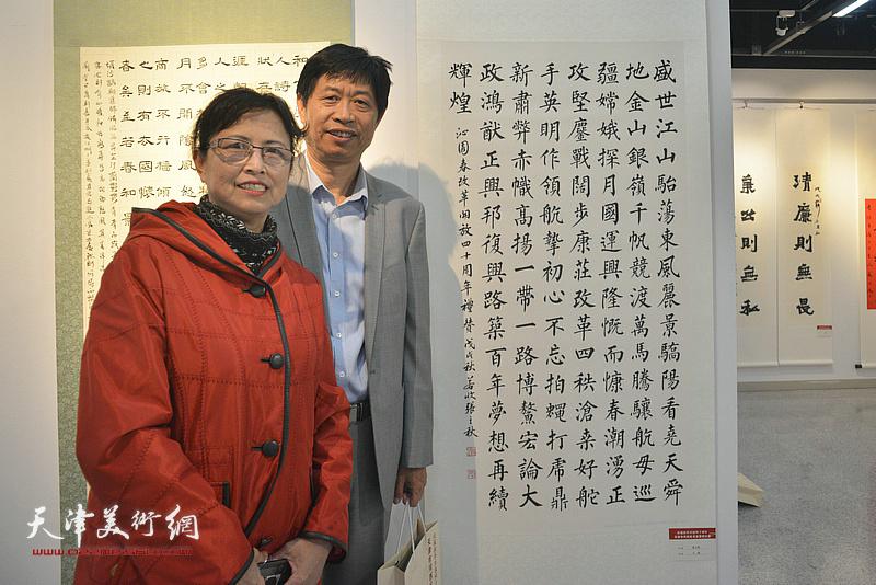 参展作者张立秋夫妇在展览现场。
