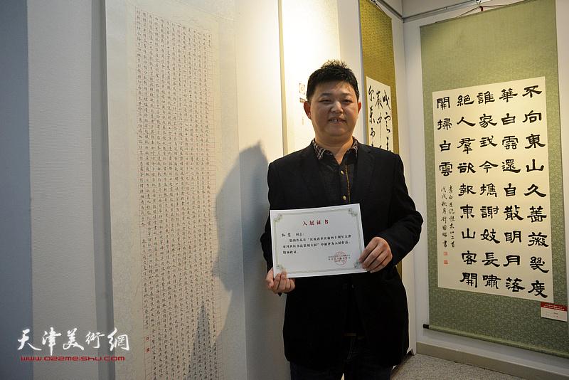 参展作者孙嵩在展览现场。
