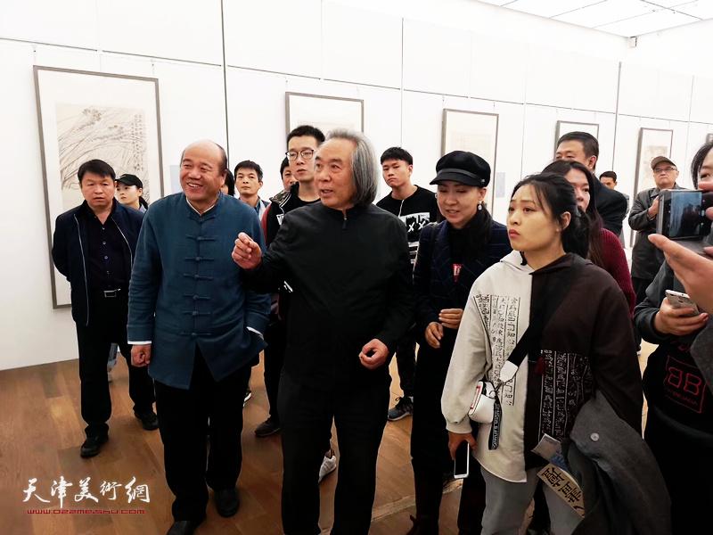 霍春阳观看孟庆占2018最新博彩白菜大全作品展 勉励孟庆占在艺术道路上奋力前行