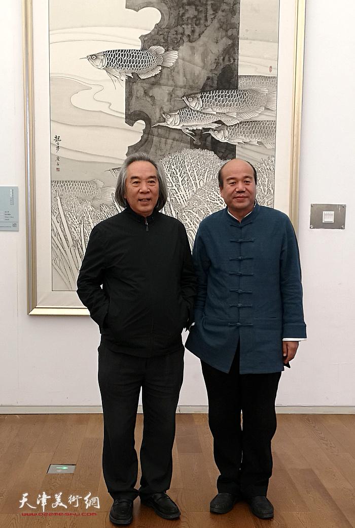 霍春阳、孟庆占在画展现场。
