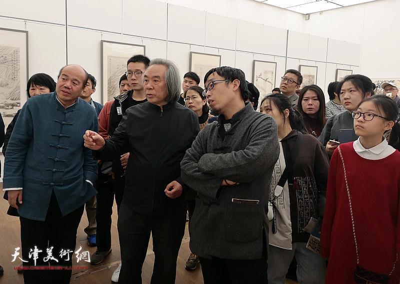 霍春阳观看孟庆占2018最新博彩白菜大全作品展,勉励孟庆占在艺术道路上奋力前行