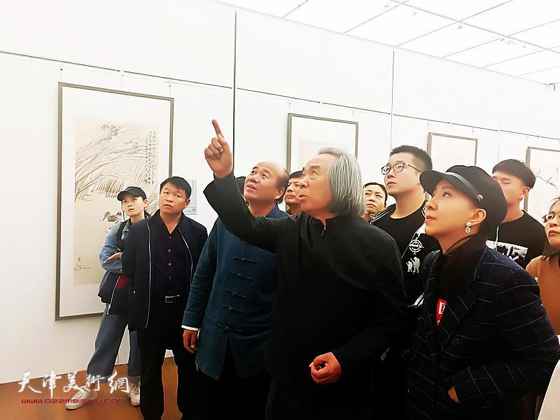 霍春阳观看孟庆占2018最新博彩白菜大全作品展,勉励孟庆占在艺术道路上奋力前行。