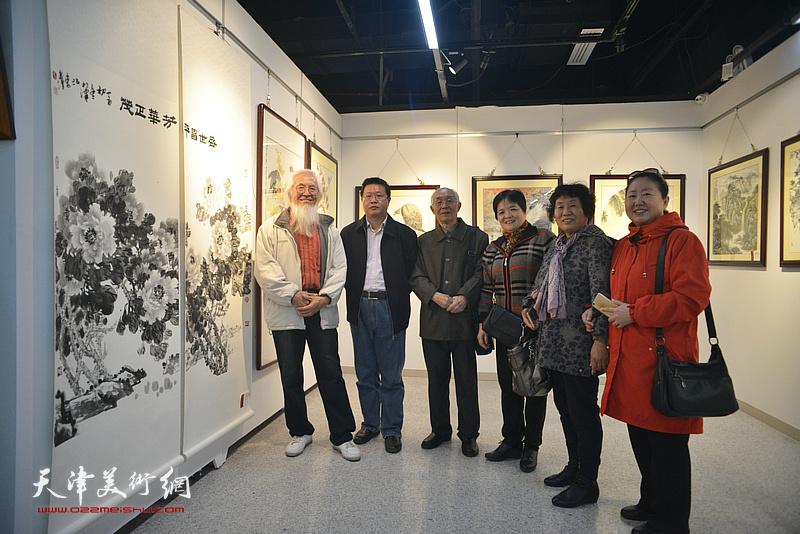 左起:李庆增、怀远、郭文伟、徐立云、李永琴、丁强在画展现场。