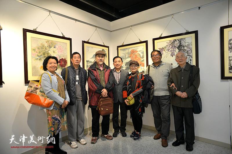 左起:沈蕴杰、路振钢、张树德、王文元、吴薇、郭文伟在画展现场。