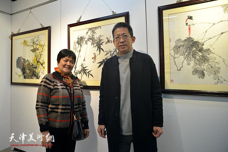 李毅峰、徐立云在画展现场。