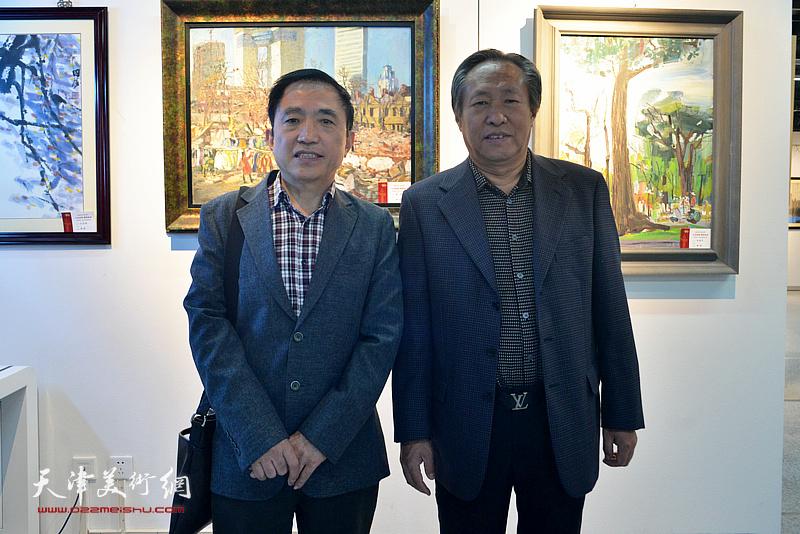 刘国胜、王文元在画展现场。