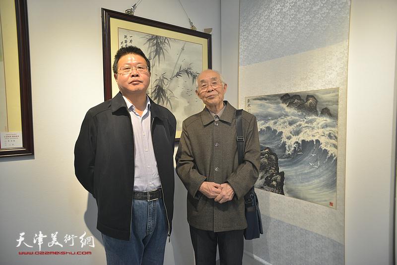 怀远、郭文伟在画展现场。