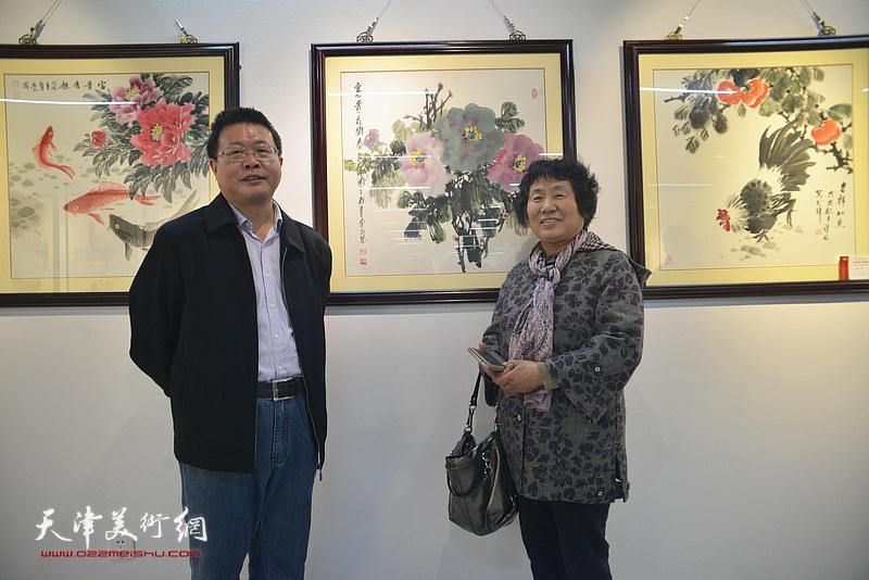 怀远、李永琴在画展现场。