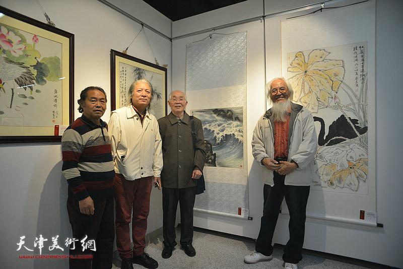 郭文伟、李庆增、周志才、唐吉明在画展现场。