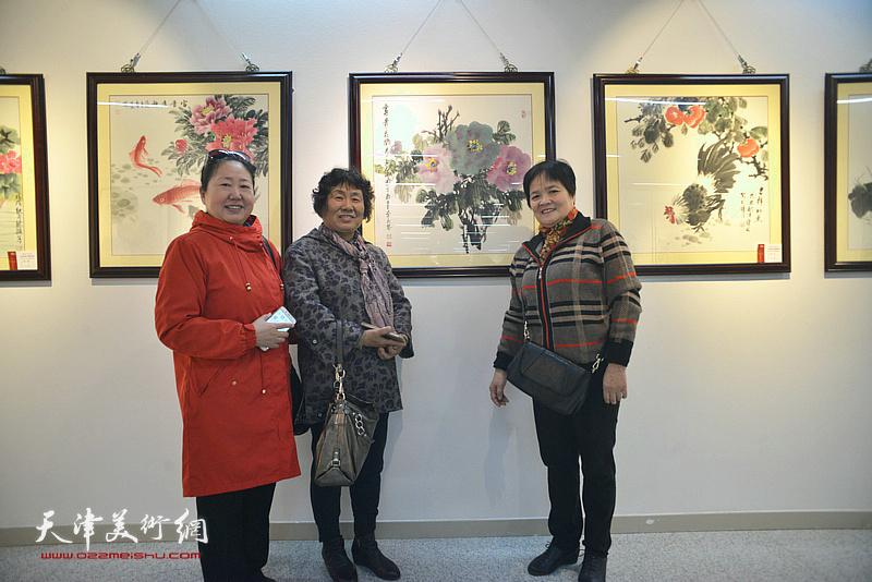 李永琴、徐立云、丁强在画展现场。