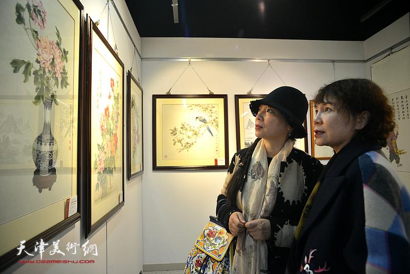 """""""大美河西 我的家乡""""河西区第二届社区绘画作品展现场。"""
