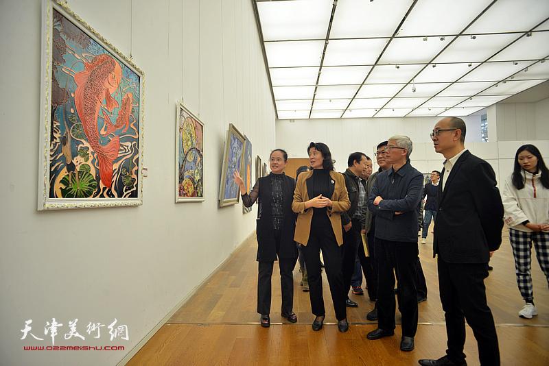 万镜明、金永伟、马驰、李青等在展览现场观看作品。