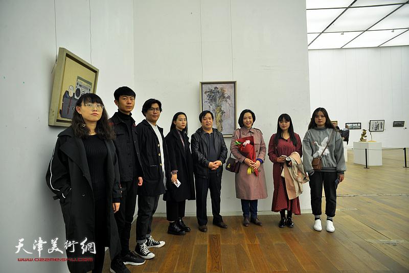 李耀春与青年女画家刁孟榕以及艺术院校的学生们在展览现场。
