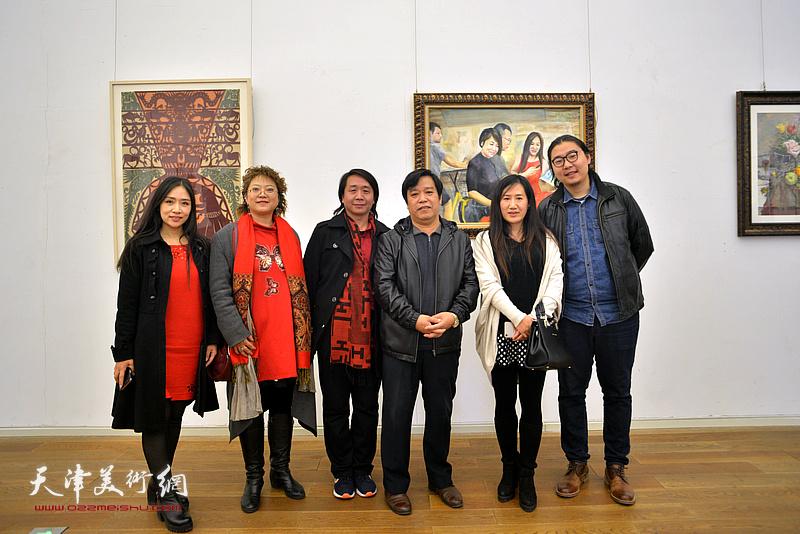 李耀春、范宁、张春蕾、陈俊伊、王紫萱在展览现场。