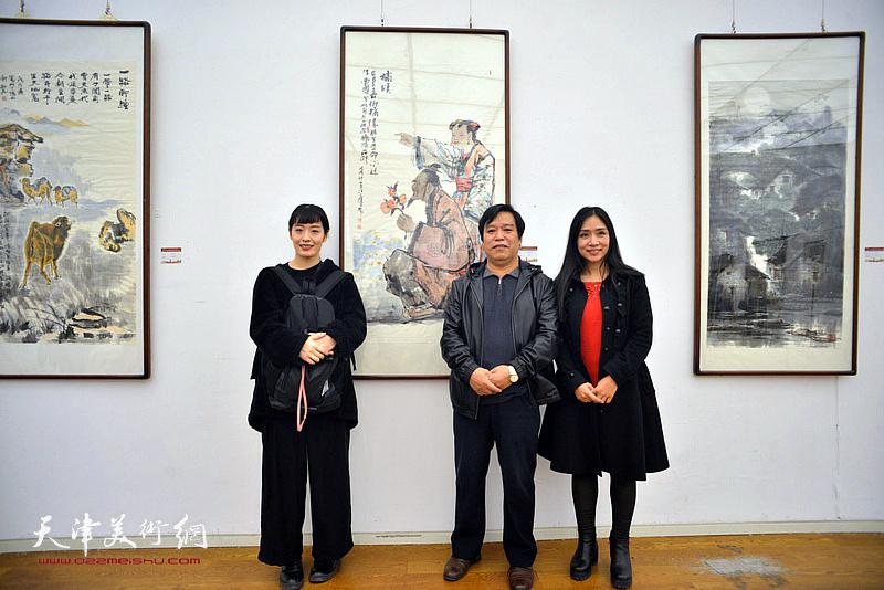李耀春与日本女画家笕绚湖、天津女画家王紫萱在展览现场。
