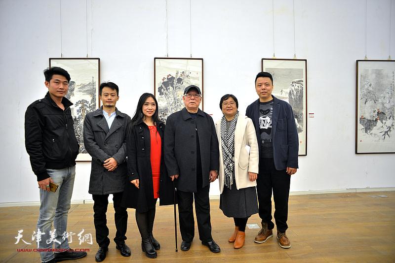 贾宝珉、李大光、侯健、王紫萱在展览现场。