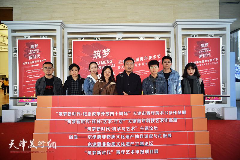 刘珺与学生们在展览现场。
