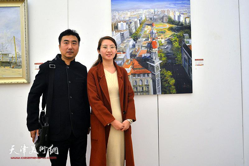 刘珺、王晫在展览现场。