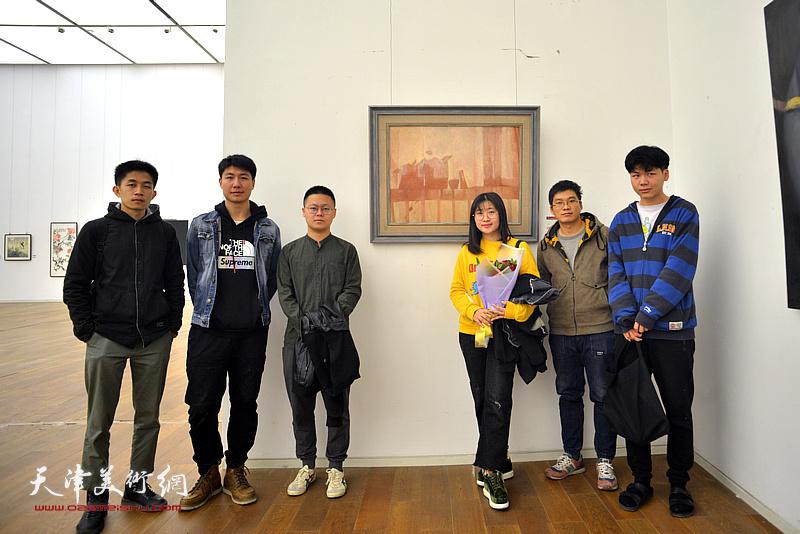 冷艺丹与同学们在展览现场。