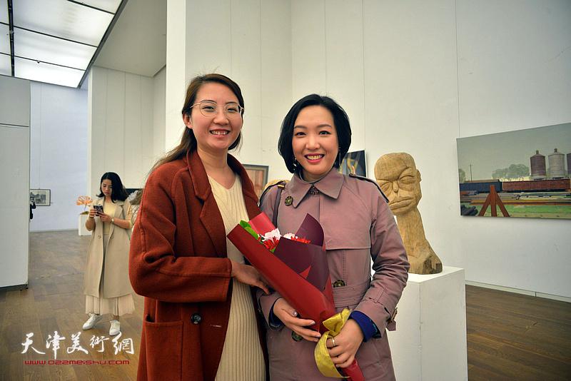 刁孟榕、王晫在展览现场。