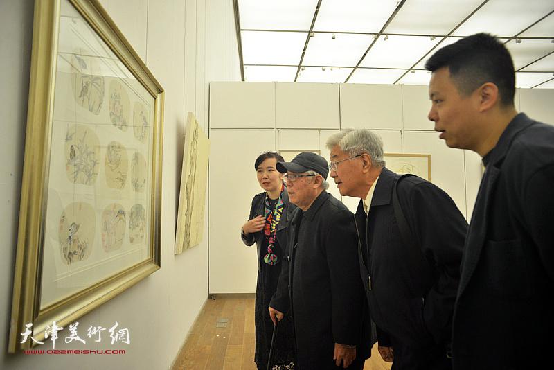 贾宝珉、曹柏崑、李悦、李大光在展览现场观看作品。