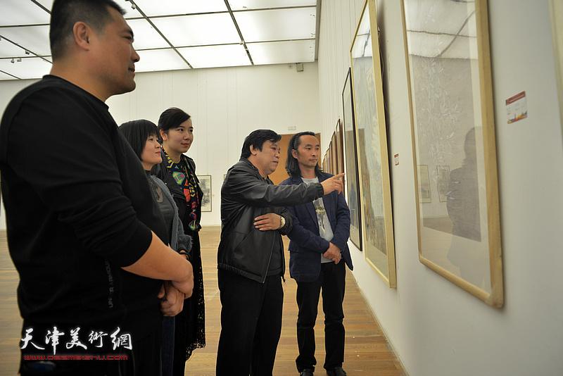 李耀春、安士胜、李悦等青年画家在展览现场观看作品。