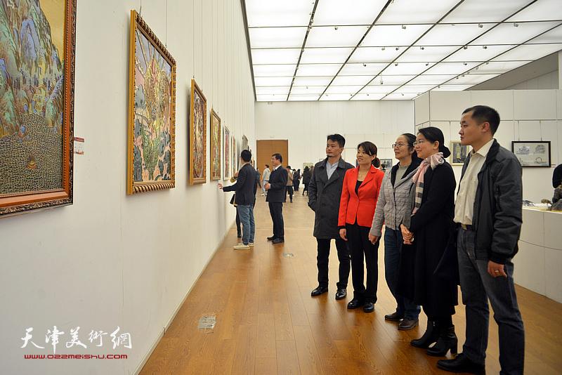 卢永琇与来宾在展览现场观赏作品。