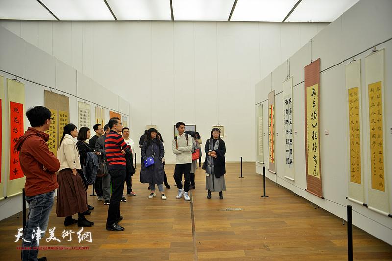 天津市青年美术书法作品展现场。