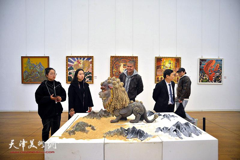 李悦、王政在展览现场观看作品。