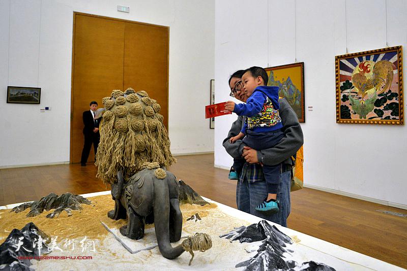 天津第九届青年美术节暨天津市青年美术书法作品展现场。