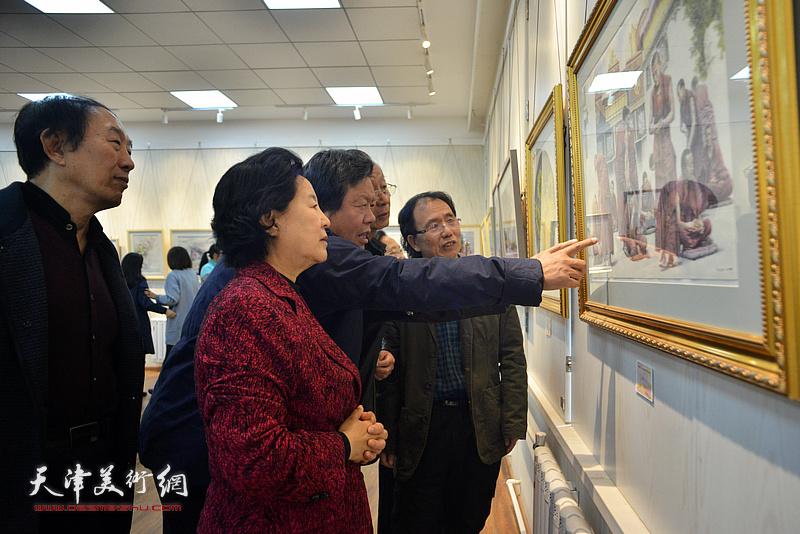 曹秀荣、刘建华、郭鸿春、李岳林、庞恩昌在画展现场观看作品。