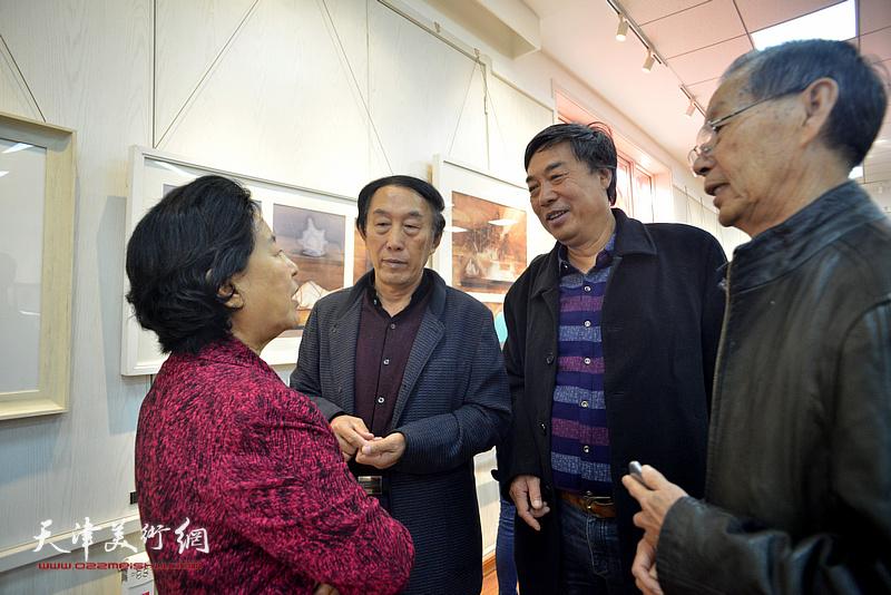 曹秀荣、刘建华、李岳林、杜晓光在画展现场交流。