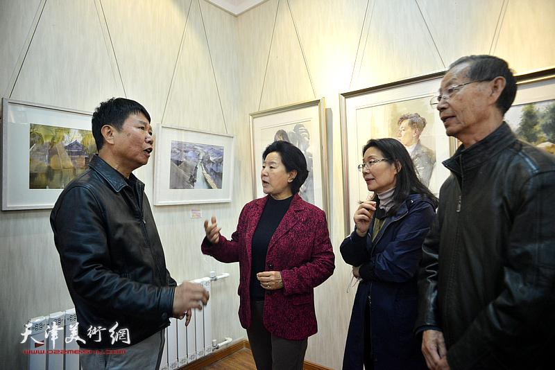 曹秀荣、刘建华、马丽娣、刘文生在画展现场交流。