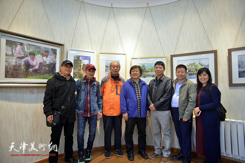 左起:吕培桓、张林、宋家褆、姜中立、刘文生、帅起、王洪春在画展现场。