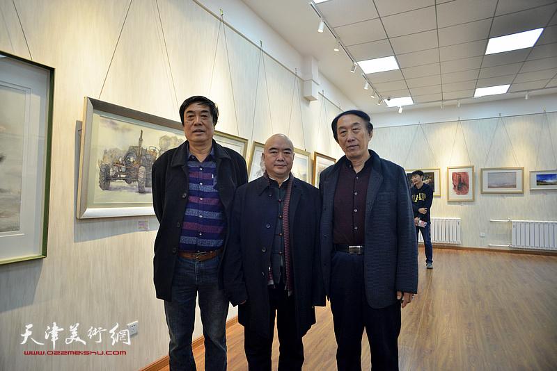 左起:杜晓光、尹沧海、李岳林在画展现场。