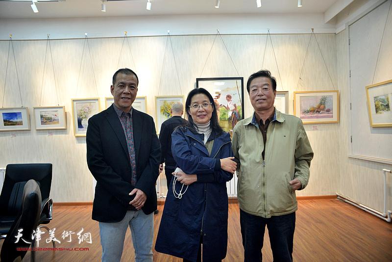 马丽娣、尚金凯、杨建国在画展现场。