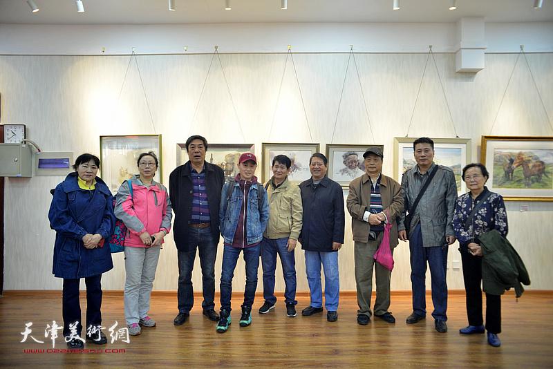 杜晓光与部分参展作者在画展现场。