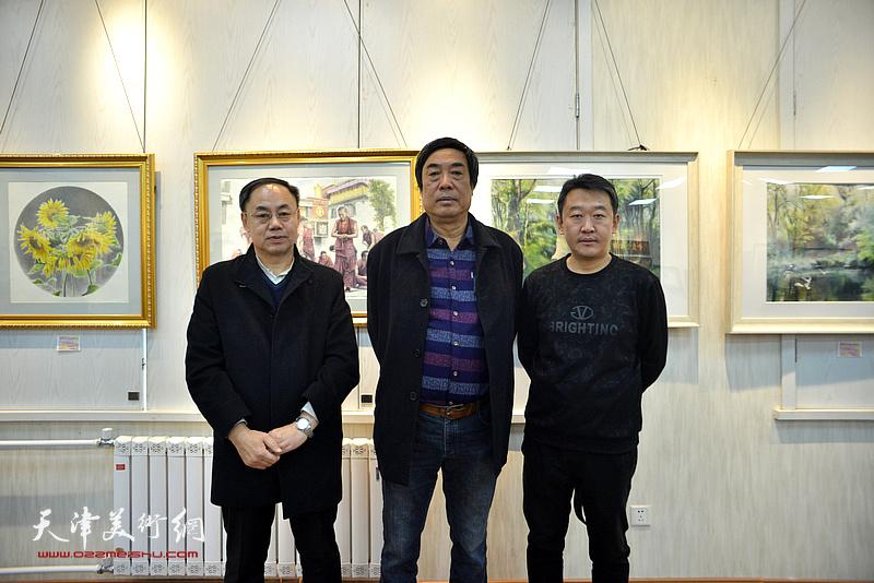 左起:李新禹、杜晓光、于健在画展现场。