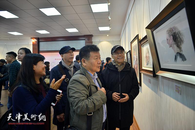 吕培桓、帅起、陶国柱、王洪春在画展现场观看作品。