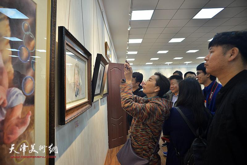 炫彩礼赞——天津市水彩画艺术研究院作品展现场。