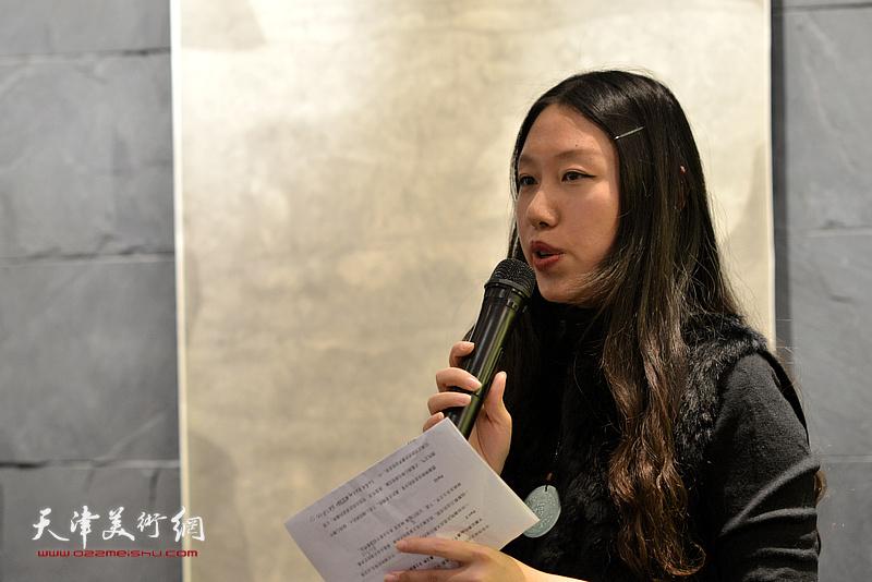 刘彦均女士主持林映汝女士陶艺作品展开幕仪式。
